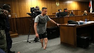 Pistorius walks without prosthetics in court