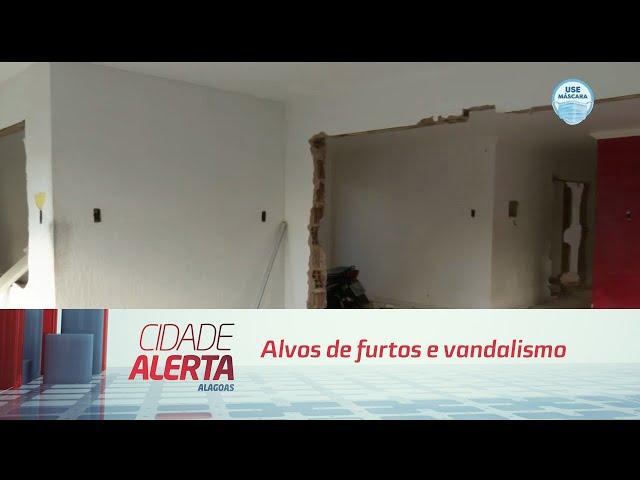 Casas desocupadas no Pinheiro continuam sendo alvos de furtos e vandalismo