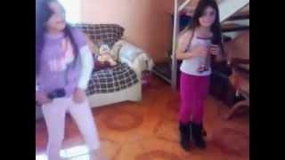 Martina y francisca cantando canciones de christell