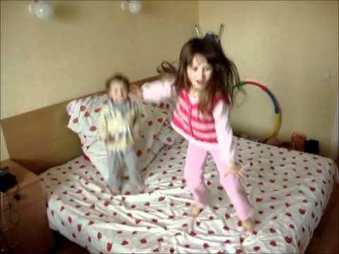 Фото детей прыгающих на диване 74
