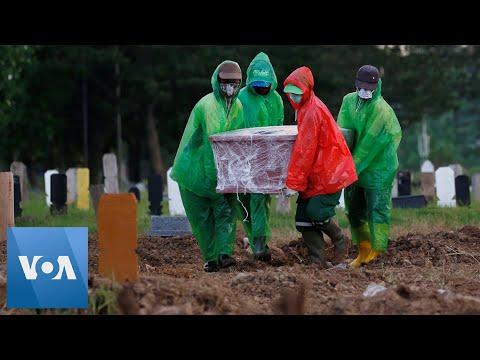 Indonesia Buries Dead From Coronavirus