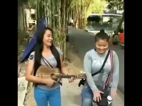 Pengamen Wanita jalanan bersuara unik