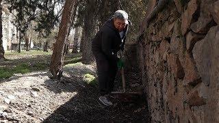 Депутат Момбеков убирает мусор в центре Бишкека