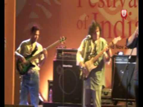 Mumbaikar.com : Gary Lawyer performing live at Kala Ghoda Festival 2009