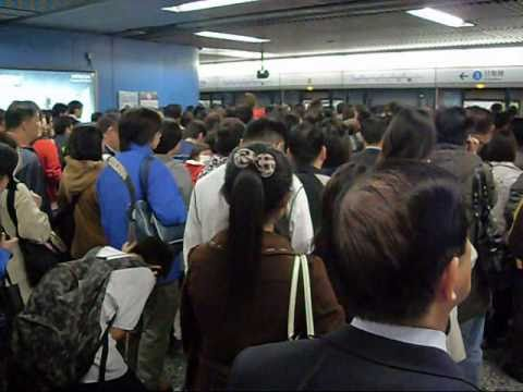 Rush hour at Hong Kong MTR Admiralty Station 繁忙時間港鐵金鐘站