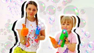 Аня и Настя играет с игрушками: веселые детские соревнования