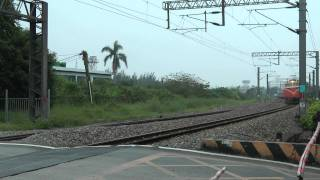 [HD] The Taiwan TRA train haul by GE E42C E200 E235 pass the Banpingshan Back Lane level crossing