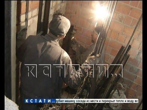 Видео: Капитальный срыв - новый лифт, который гноили на улице - не установили и с третьей попытки