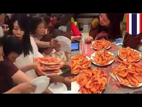 中国人観光客が食べ放題でエビを奪い合う マナーの悪さにSNS大炎上