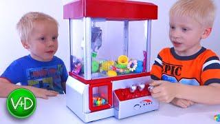 ЧЕЛЛЕНДЖ Игровой автомат хватай-ка. Достань игрушку / Claw machine game toy challenge Candy Grabber(ЧЕЛЛЕНДЖ Игровой автомат хватай-ка. Достань игрушку из кран-машины. Виктор и Дениска достают игрушки и сюрп..., 2016-05-18T07:53:22.000Z)