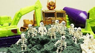 Transformers stop motion adventure - Optimus Prime, mixer truck robot & Lego Pyramid Skeleton Attack