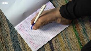 فتاة مصرية تكتب وتحيك ملابسها بقدميها