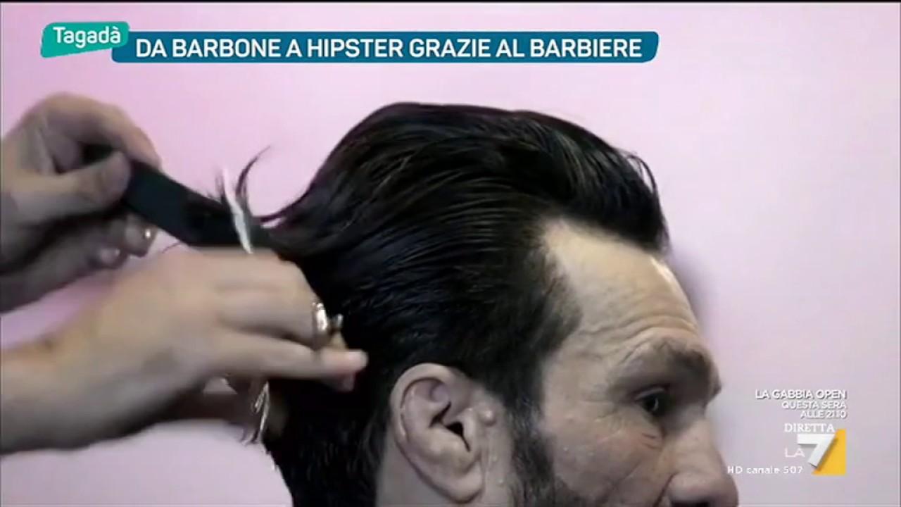 Taglia i capelli ai passanti