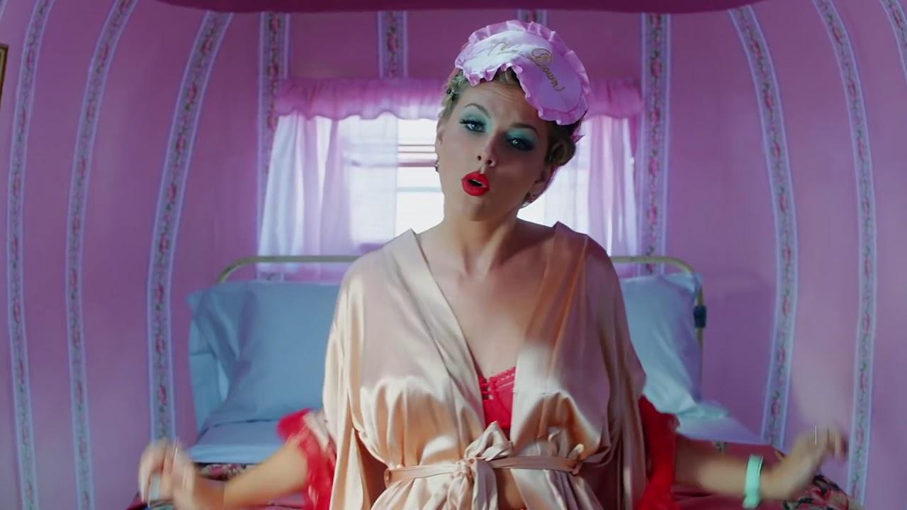 Taylor Swift busty in bra! #1 VIDEO LOOP! - YouTube