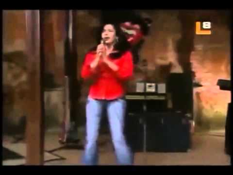 """Tiaré Scanda canta """"Como la flor"""""""