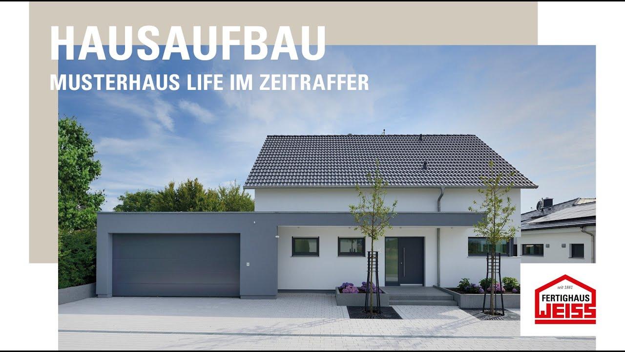 Hausmontage des neuen Musterhaus LIFE in der Fertighaus Weiss ...
