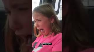 Котенок накакал на девочку в машине
