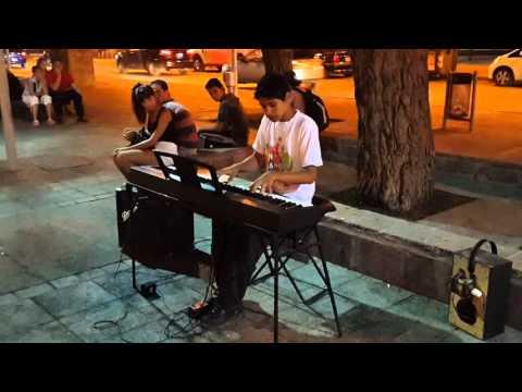 Musico callejero de 14 años en Neuquen tocando