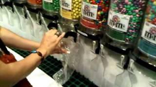 Mi esposa @ M&M Store, Las Vegas