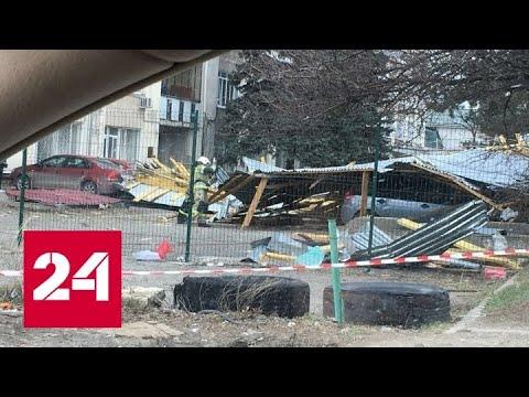 Сорванная ветром крыша рухнула на десятки машин в Симферополе - Россия 24