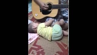 Video ông bố 9x ru con bằng đàn guitar cực yêu