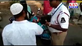 Woman Fight with Hyderabad Traffic Police due to Helmet Issue Hyderabad KBN NEWS