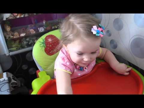 Двухлетняя девочка читает названия всех столиц
