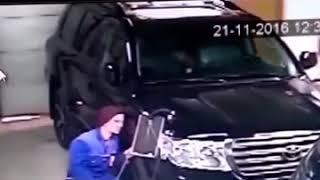 Отдал машину в сервисе и внутри секс занимается.
