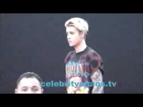Justin Bieber caught smoking while arriving to American Music Awards MbTube Com