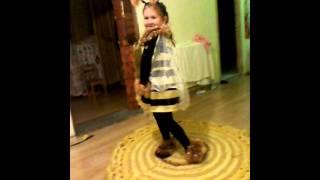 видео Как сделать костюм пчелы своими руками в домашних условиях? Костюм пчелки для девочки и мальчика.