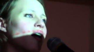 Девушка очень красиво поёт песню Ванинский порт
