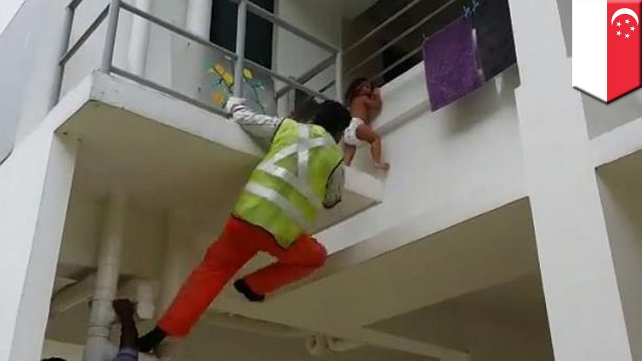 Ребёнок повис на шее на балконе, потянувшись за айпадом - yo.