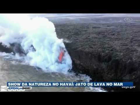 Imagens impressionantes mostram jato de lava caindo no mar