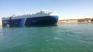 سفينة عملاقة تعبر بالقرب من مدخل قناة الاتصال بين القناة الحالية والجديدة بمنطقة نمرة6