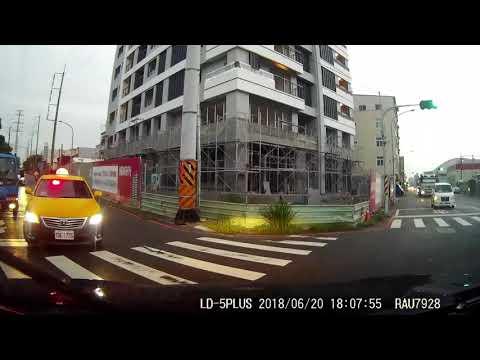 闖紅燈+逆向行駛+危險駕駛 + 跨越雙黃線 不顧他人安危▪惡劣小黃
