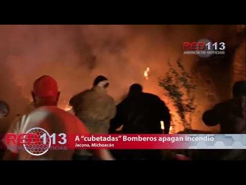 """VIDEO A """"cubetadas"""" Bomberos apagan incendio de casa en Jacona"""