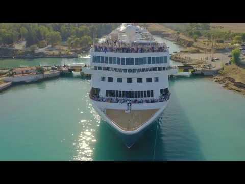 Un crucero atravesando el canal de Corinto (muy, muy justito)
