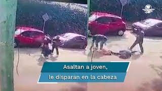 En un video captado por una cámara de los vecinos, se observa el momento en que los sujetos amagan a su víctima con un arma de fuego y después la obligan a sacar cosas de su camioneta