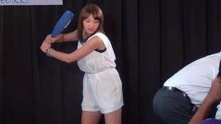 2012年8月26日 東京・秋葉原 グラビアアイドルの篠崎愛さんが所属のユニ...