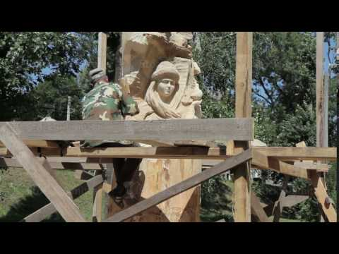 the wood sculptor working