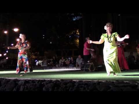 hawaiian-music-and-hula-dancing-at-kuhio-beach-hula-dancing-show,-hawaii