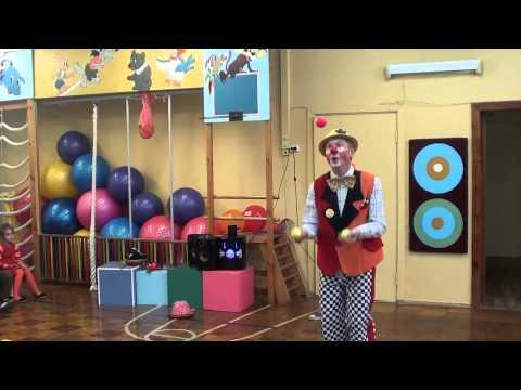 Фантик жонглирует кольцами и мячиками