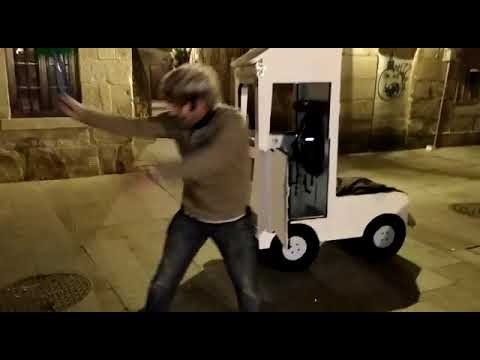Arrasa nas redes unha parodia do martelazo do camioneiro a dous ciclistas en Pontevedra