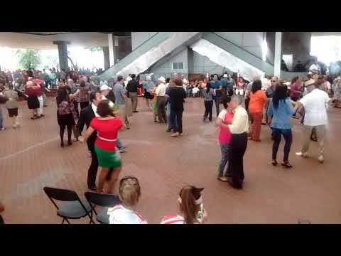 Baile en el Palacio Municipal de Monterrey. Una de Ray Conniff.