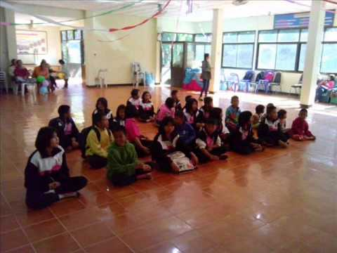 ครูธุรการนำของมามอบให้เด็กนักเรียนในชนบท  ณ รร.บ้านป่าแดง เขาค้อ จ.เพชรบูรณ์ 17-18 มกราคม 2558