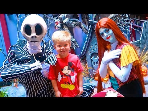NIGHTMARE BEFORE CHRISTMAS IN REAL LIFE! ☠️ Rare Jack Skellington and Sally Disneyland Meet & Greet!