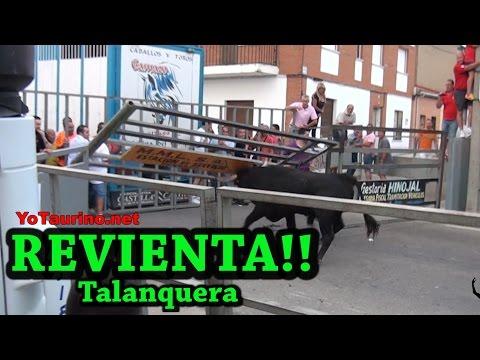 Toro ARRANCA!! la talanquera y DESTROZA!! palo de la plaza causando el PANICO!!!!