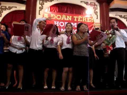 Các Thành Viên trong Ca Đoàn Têrêsa lên hát