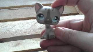 Кошка серая стоячая с полосками #468 с бирюзовыми глазами