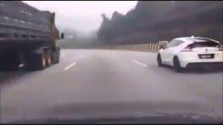 balapan mobil sport di jalan raya